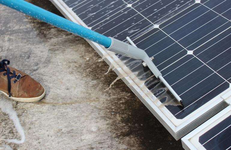 vệ sinh năng lượng mặt trời
